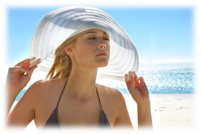 девушка в шляпке на море