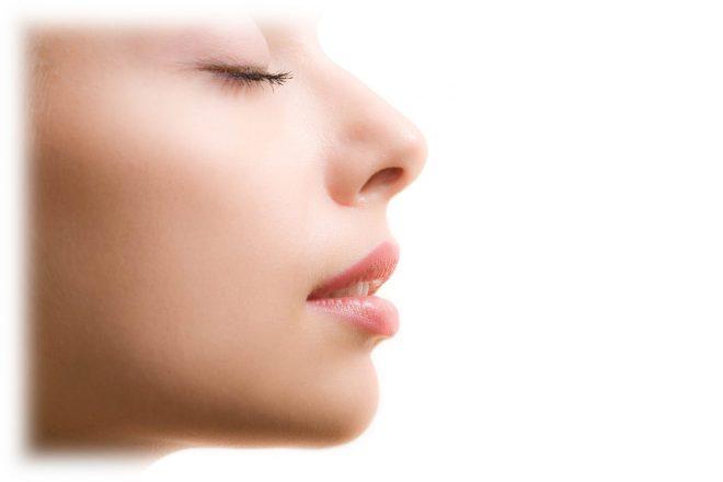 женское лицо с красивой кожей в профиль