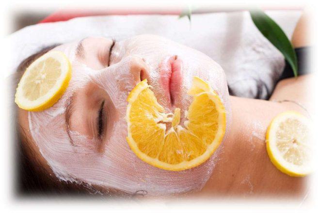 пилинговое средство на лице и дольки апельсина