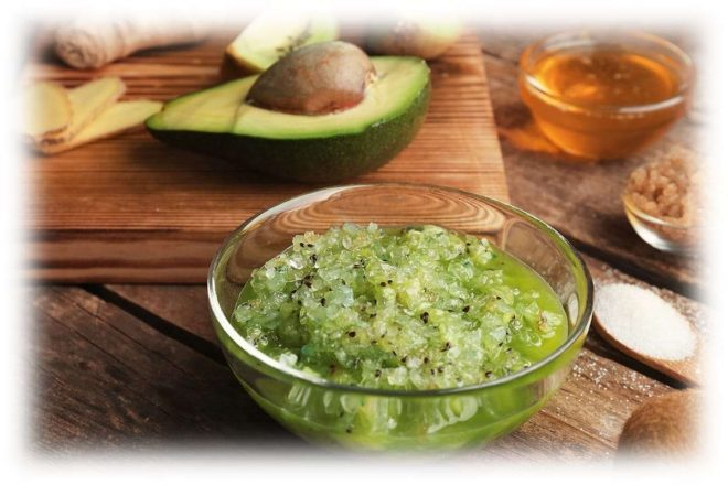 пюре из авокадо в стеклянной миске