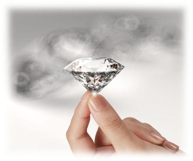Крупный алмаз в руках