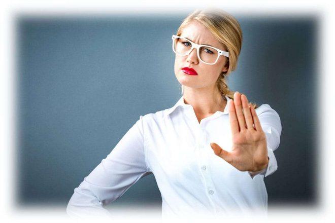 Девушка в очках с вытянутой вперед рукой