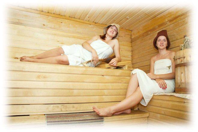 две девушки сидят в бане на полках