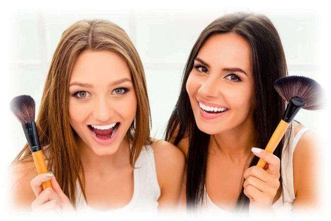 две девушки улыбаются с кистями в руках