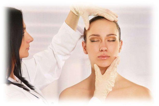 косметолог осматривает лицо девушки