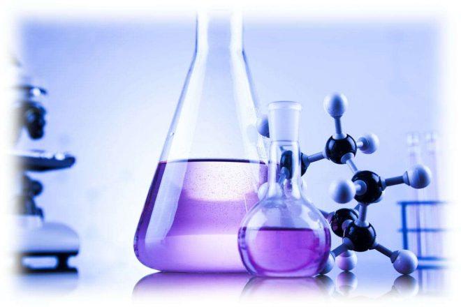 колбы с фиолетовой жидкостью, молекула