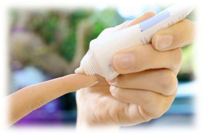 мазь наносят на палец