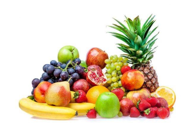 фруктовое ассорти из ананаса, яблок, клубники, винограда, груш