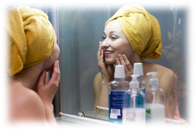 девушка в ванной, смотрится в зеркало