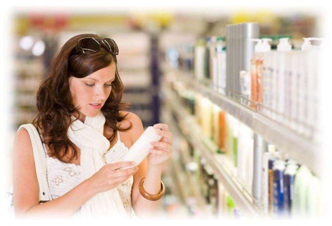 девушка в магазине читает состав средства