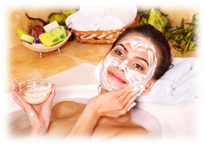 девушка принимает ванну, маска на лице